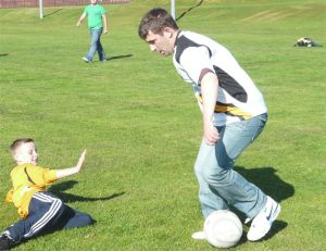 Smithy shows his skills to the weans